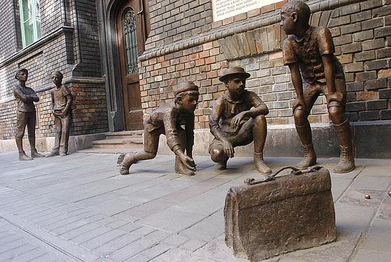 Pál utcai fiúk a Práter utcai iskola előtt