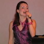 Ruttkay Laura énekel